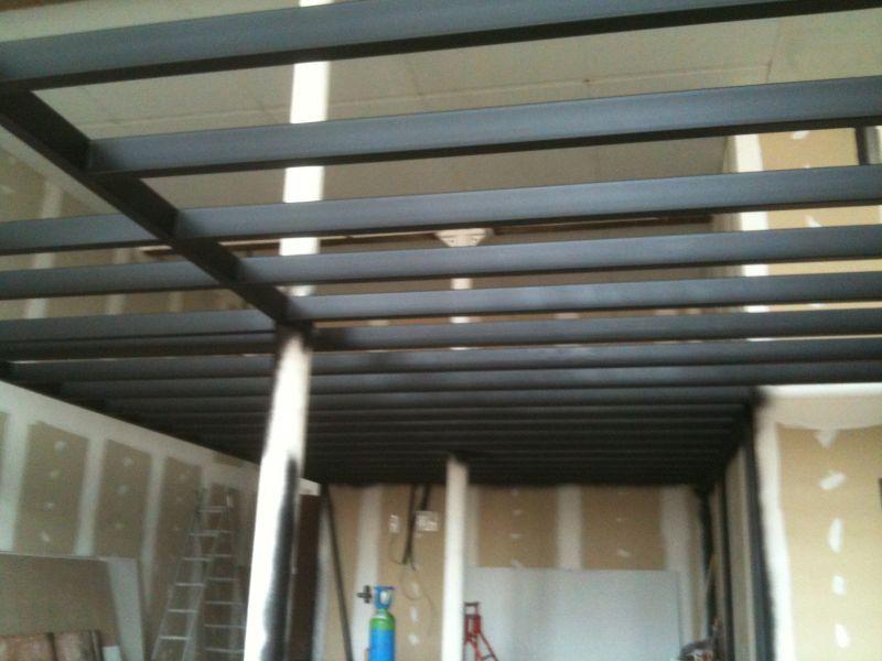 Un loft une histoire photos for Plancher mezzanine